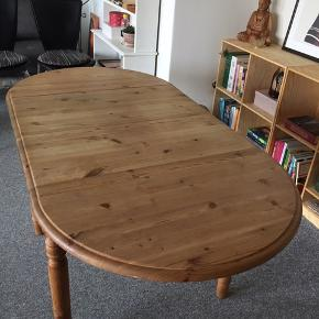 Super spisebord af fyrtræ med mange muligheder. God til den lille lejlighed eller lejlighed med spisekrog.  Bordet kan yderligere trækkes ud og så der kan sidde mange omkring. To hjemmelavet plader følger med, hvis det ønskes.  Bordet kan evt males.