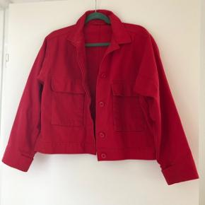 Fin rød denim jakke fra Samsøe Samsøe. Er brugt, men stadig i god stand. Den har dog et par pletter på det ene ærme (se sidste billede). Jeg har ikke prøvet at fjerne dem. Str. Xs. Bytter ikke