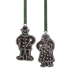 Kagekone og kagemand brun. Kan hænge juleforelsket og pynte både på juletræet, i vinduet, døren eller dekorativt på en gren. Brug ophængene til at skabe god gammeldags julestemning i hjemmet. Sælger 3 æsker med en kagemand og kagekone i hver.  Aldrig brugt.  Nypris kr. 150,- pr. æske