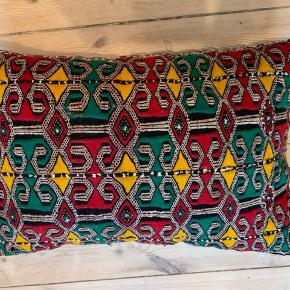Fin marokkansk kelim pude - købt i Moroccan Decor.  Har ikke brugt den, da den ikke passer ind hos mig.  Mønster på forside og rød bagside, der altid har haft den farveforskel. Materiale er uld. Str ca36 x56 Nypris 650.