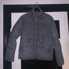 Fin grå bomber vinterjakke.  Super dejlig og varm jakke. Den er god, og også godt brugt.   Sælger da jeg har fået et par jakker efterfølgende så den bliver ikke brugt mere.   Skriv gerne for flere billeder!