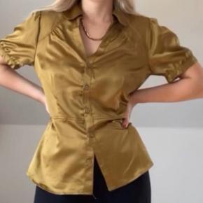 Lænker silke skjorte i en gylden oliven farve Str 40, men ses på en S på billedet