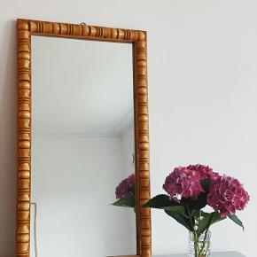S P E J L 🖤  Fineste spejl, ~ med smukke udskæringer i træ. 🌿 så smukt til børneværelset eller entréen 🌸 spejlet er lidt 'uklart' men stadig super fint 500,-   // sender ikke denne