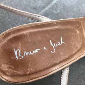 Fin sommer sandal fra skønne Bruno & Joel. Lys brun med tynd ankel-rem❤️