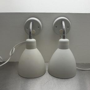 Væglampesæt i pulverlakeret hvid metal. Har nogle overfladiske ridser/mærker (kan ses ved at zoome ind på billederne), men er ellers i fin stand og fungerer upåklageligt.   Kan sendes til pakkeshop (+50 kr.).