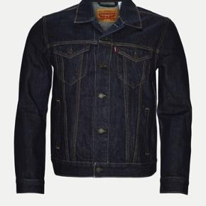 Levis denim jakke , herre mode str s . Næsten som ny.  Nypris 1000 kr .  BYD