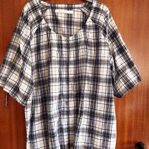 ZJ Denim lækker ternet bluse m knapper str XL. Brystvidde ca 2x70 cm, Længde ca 79cm. Matr 80 % bomuld og 20 % polyester Blusen har bindebånd forneden