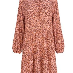 Super fin Marranie kjole i koral med det fineste print. Nypris 600 Sælges for 220 inkl dao via mobilepay Bytter ikke