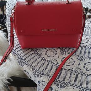 Flot rød taske som jeg ikke har fået brugt. Ikke skind. Fra magasin og nypris var 1.495. Sælges for 450 pp. Bredden 31 cm højden 22 cm og dybden 15 cm. Sender med Dao eller hentes i Søborg.
