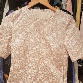 Flot bluse brugt en gang. Str 36, har matchende bukser .