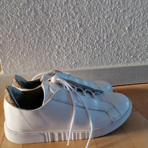 Aldrig brugt. Helt nye woden sneakers i læder.