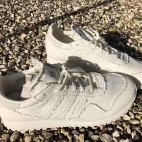"""Speciel edition sneakers fra Adidas .. Fundet i en special butik i New York ..efter at have søgt længe !! Skoen hedder """"New York by Daniel Arsham """"...  Har en tekst som lyser op når der er neon lys :-) Kun prøvet på .. Str er 46 2/3  Hvilket svarer til en str 46"""