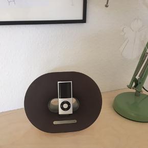 Phillips højttaler til iPod i hvid (falmet en anelse). Kan sagtens sendes, hvis køber betaler porto (forventet pris ca. 30-50 kr.).