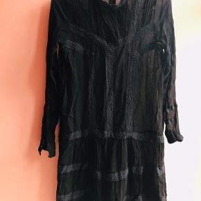 Flot sort kjole.