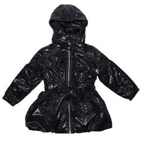 Superfed jakke som vi ikke får brugt. Spritny!  Den er let foret - god overgangsjakke.  Materialet er 100% polyesther, både yderstoffet, inderstoffet og foret.  Dvs. yderstoffet er sort, blank polyester, og der er brugt et lunt polyestermateriale til for (i stedet for feks dun), således at det er en dejlig, lun overgangsjakke.  Bud fra 250 kr. Bytter ikke.  Oprindelig købspris: 700 kr.   KH ML :-)