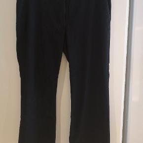 Lækre habit bukser i str 50. God kvalitet og flotte detaljer.  Mål: B: 2x52 cm L: 105 cm