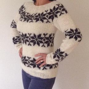 Sweater, Trøje, Bluse, Strik, Fru Strik, Islandsk sweater Størrelse: S - M - L Farve: Valgfrit Denne vare er designet af mig selv.  Stjernesweater.  Håndstrikket i ægte islandsk uld, som giver det lidt rå look.  Her vist i de traditionelle farver - råhvid bund med mørkebrune stjerner.   Der er valgfrit farvevalg! Se farvekort.  Strikkes på bestilling i størrelse: S - M - L   Passer brystvidde: 83 - 92 - 102  Detaljeret størrelsesguide findes i FruStriks webshop.  Modtager MobilePay