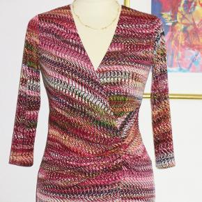 100 % NY: Lækker kjole med drapperet stof i den ene side.. Materialet er 92 polyester + 8 elastan.  Brystvidde: 46 cm x 2 + strech Livvidde: 39 cm x 2 + strech Hoftevidde: 47 cm x 2 + strech Længde: 103 cm  Ingen byt, og prisen er fast