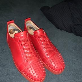 SUPER SPRØDE LOUBS! den lækre røde lædersko.. ALT OG følger med (kvit, boks, dustbags, ekstra spikes) brugt få gange! Ingen flaws!   Bud modtages men ingen skambud