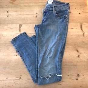 &Super Sqin (mener det er h&m?)  Se rigtig str på billeder  Fede Jeans med hul ved knæet, gode med brugt. Fed patina  Kom med bud