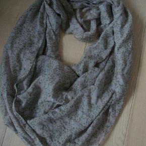 cb75185a768 Varetype: Tube tørklæde fra PiecesStørrelse: alm. Farve: Se foto Tube  tørklæde fra. PIECES Tørklæde