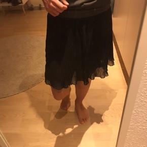 """Sort kort sparke nederdel. Inderste del af nederdelen er ikke gennemsigtig, men der er et gennemsigtigt lag """"tyl"""" over, som ses på sidste billede. Str XS/S"""