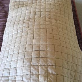 Beige kanalsyet, kraftigt sengetæppe til dobbeltseng, 220x260 cm - brugt, men i fin stand....