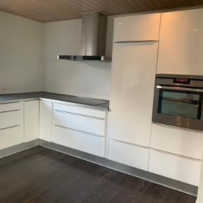 Flot og velholdt hvidt Modulia køkken fra 2010 sælges med hvidevare.  Indeholder gode skuffer og godt med skabsplads.   - Ovn  -Integreret køleskab -Opvasker -Emhætte -Induktions kogeplade  Skriv gerne og smid et bud.