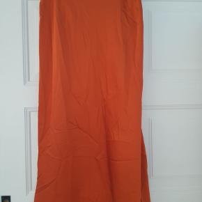 Sælger denne super flotte nederdel fra Vero Moda. Der er elastik rundt om livet.  BYD gerne skal bare have det solgt😊