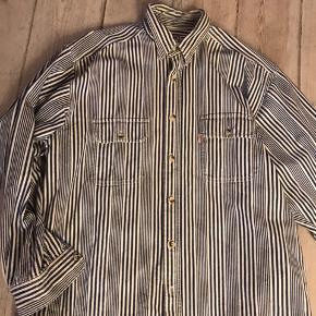 Stribet skjorte fra Levis i rigtigt god kvalitet. Købt i studio travels.