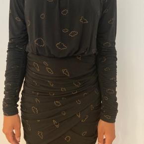 Sælger min Stine Goya Balance kjole, da jeg ikke får den brugt nok. Den er brugt få gange og printet er stadig intakt. Jeg er selv en str. M og passer den.   Befinder sig i Aalborg. Kan sendes på købers regning eller tages med til Silkeborg eller Middelfart efter aftale.  Kommer fra dyre- og røgfrit hjem.  Skriv gerne for flere billeder og andre spørgsmål 🌞  Model: SG 1164 Balance Materiale: 95% modal, 5% elasthane