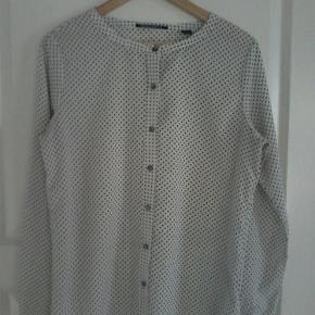 Varetype: skjorte Farve: Beige og sort  Bryst vidde 104 cm længde 69 cm str 3