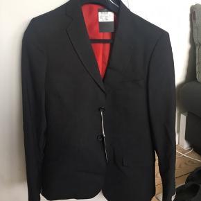 Lækkert jakkesæt. Bukser i størrelse 42 medfølger. De har ligeledes heller aldrig været brugt, hvorved prismærke også stadig sidder i.   Ellers skal du være velkommen til at byde på jakken udelukkende.