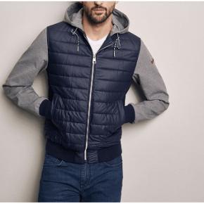 Super lækker jakke fra Baldessarini. 100 % ubrugt med tags/prismærket.  Helt ny model.  Størrelse 54 ( lille xl )  Nypris = 2499 kr.  En rigtig luksus jakke. Meget let og med strecht. Suveræn kvalitet. Perfekt til årstiden.  Udvendige lommer med tryk knap lukning. Indvendig lomme med lynlås. Læder detajle på det ene ærme.  Sendes med DAO.  MobilePay foretrækkes.  Spørg endelig løs ved interesse. Dog ikke om prisen da den er fast.  PRISEN FORHANDLES IKKE.