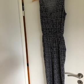 Buksedragt uden ærmer fra H&M med hvidt mønster