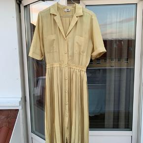 Jeg sælger min smukke vintage kjole, som er købt i Paris. Ingen tegn på slid. 100% silke Ingen fast pris - så byd gerne😊  Køber betaler porto. Men jeg kan også mødes og handle i Københavnsområdet.