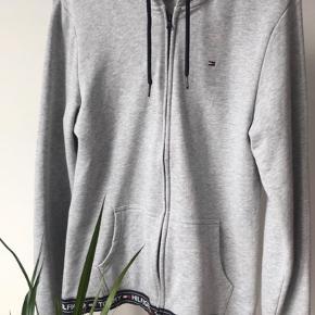 Super lækker hoodie fra Tommy Hilfiger - kun brugt en enkelt gang i nogle få timer, fremstår derfor som ny! 🙌🏼