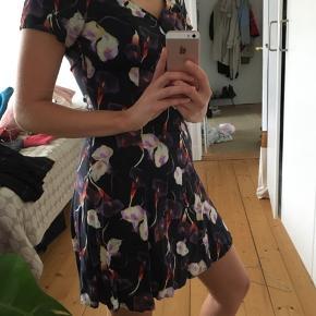 Sommerkjole fra Weekday i smukt mønster.
