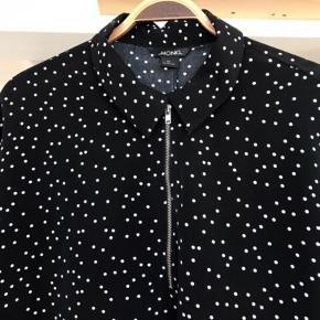 Fin sort tunika med hvide prikker.   Aldrig brugt.  Oversize fit  Bytter ikke.