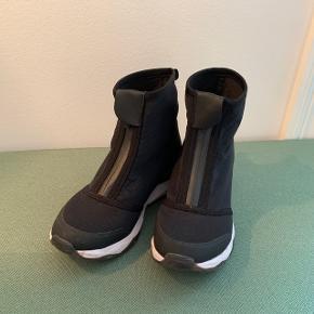 Fila støvler med lynlås foran, str 38 (men lille i str.)