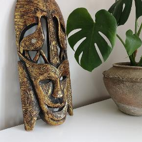 Smuk og dekorativ maske som både kan stå, som på billedet og hænges op på væggen. Den er meget let på trods af en højde på Ca 50 cm.  Jeg vil helst ikke sende den, så afhentning foretrækkes
