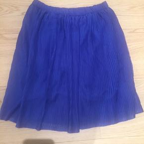Str 14, men kan passes af str xs. Super fin plisseret nederdel brugt 1 gang. Nypris 500 kr