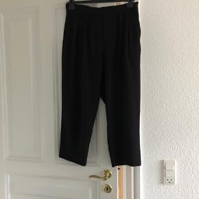Monki bukser med elastik bagpå til at holde dem perfekt på plads. Str. M