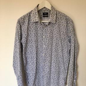 Filippa K skjorte med hvide og lyseblå striber. En smule misfarvning på kraven og en lille plet nederst på skjorten. Se også andre annoncer.