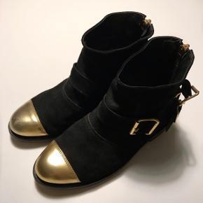 H&M x Balmain støvler, str. 36. Brugt mindre en 5 gange og i kanon stand. Nypris er 1500,- Sælger kun hvis rette bud kommer, så byd endelig 💖