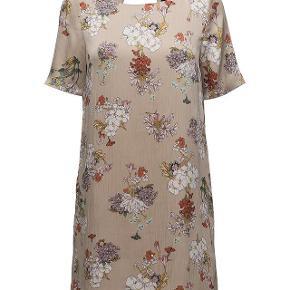 Smuk let kjole i to lag. Sælger for veninde. Yderst velholdt, brug få x. 110pp + TS gebyr