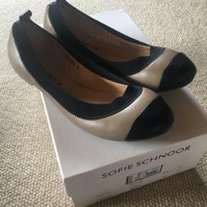 Super søde Sofie Schnoor ballerinaer. Brugt en gang i få timer. De er desværre købt lidt for små til mig. Ny pris 999kr.