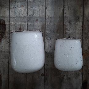 Rå hvide urtepotter . Højde: 16 og 20 cm. Diameter:13 og 17 cm.