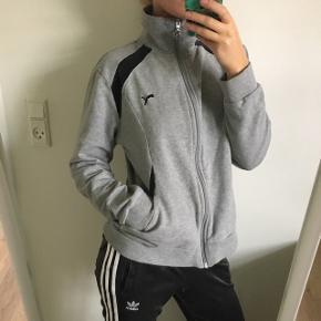 Sælger denne grå Puma zip trøje med velour detaljer.  Fitter str xs / s  Fejler intet  Mp 100kr