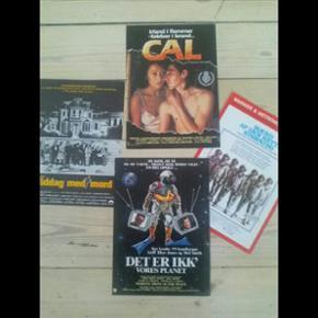 4 små originale filmplakater 21 x 29 cm Cal Det er ikk' vores planet Middag med mord Mænd af den rette støbning